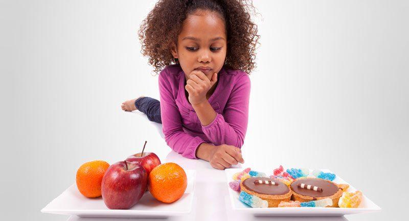 תמונה של ילדה בוחרת בין שתי צלחות