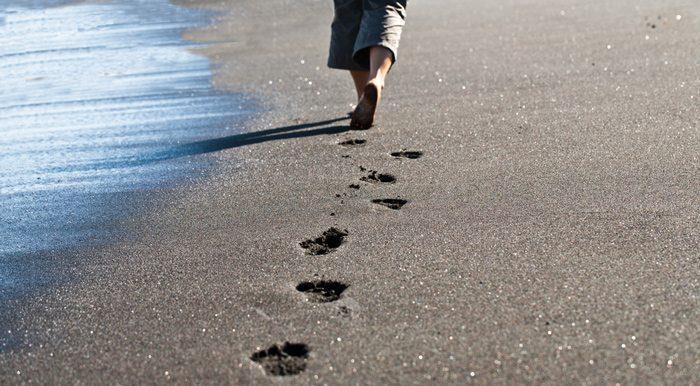 תמונת עקבות על חוף הים