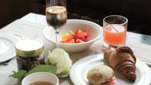 Champagne breakfast e travel tips in giro per il mondo
