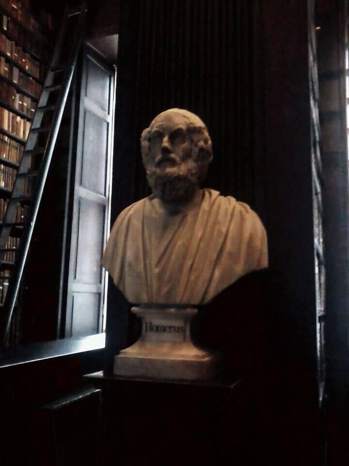 Busto di Omero realizzato da Scheemakers. Nell'antica sala sono contenuti oltre 200.000 volumi in ottimo stato di conservazione, frutto di una norma che fin dal 1801 ha dato alla biblioteca del Trinity il diritto ad acquistare una copia gratuita di ogni libro stampato in Gran Bretagna ed Irlanda.