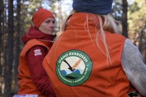 Suomen Ladun ja Metsähallituksen onnistunut kokeilu: Luiron tunturijärven vapaaehtoiset oppaat opastivat ruskaretkeilijöitä
