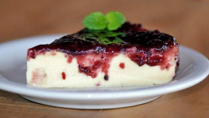 Torta fredda allo yogurt con marmellata di mirtilli