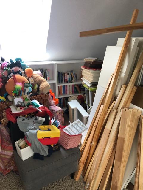Kinderzimmerinhalt, ausgeräumt