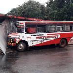 Bus chatarra y sin frenos choca contra una despensa en Luque