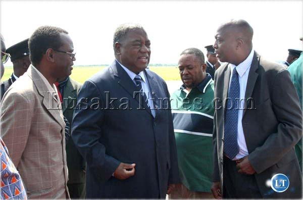President Rupiah Banda talks to Vice President George Kunda and Secretary to the Cabinet Joshua Kanganja before he left for Angola at Lusaka International Airport