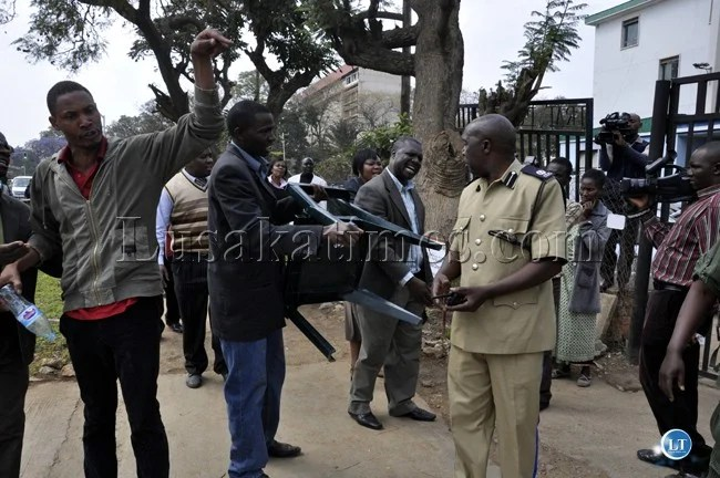 UPND cadres try to make entry into the Lusaka Central Police Station