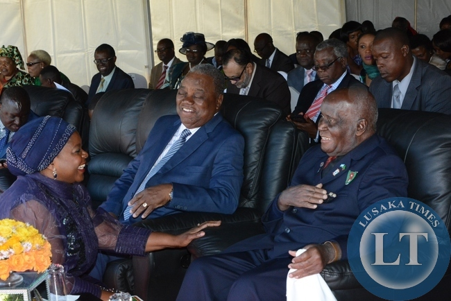 Former first lady Maureen Mwanawasa chats with the first Republican president Kenneth Kaunda looks on is fourth President Rupaih Band during the investiture ceremony at State House