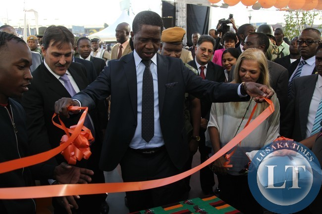 President Edgar Lungu unveil the plaque to officially open the Embassy Shopping Mail in Makeni