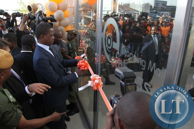 President Edgar Lungu cuts the ribbon to officially open the Embassy Shoping Mail in Makeni