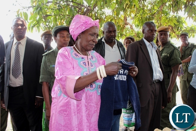Vice President Inonge Wina (c) admiring a baby jersey knitted by a women group in Liatoya area during an interaction with them in Nalolo District