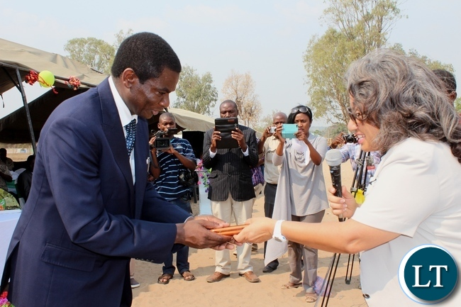 Education Deputy Minister David Mabumba (l) receives an award from USAID Zambia Education Office Chief Iris Young (r) as recognition for a cordial relationship between the ministry and USAID Zambia, during the celebration of International Literacy Day at Mulambwa Primary School in Mongu