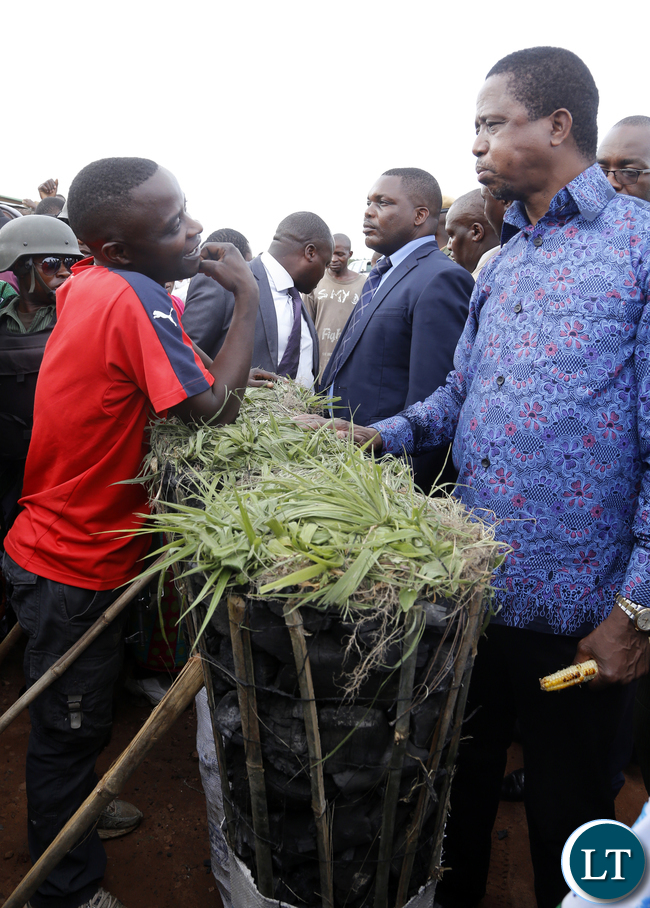 President Edgar Chagwa Lungu talks to Alex Mwaba Charcoal Trader at Baluba Road Side Market on Ndola - Kitwe Dual High Waythe First Family stopped over to Meet Traders and Exchanges Views 16-01-2016, PICTURE BY EDDIE MWANALEZA/STATEHOUSE