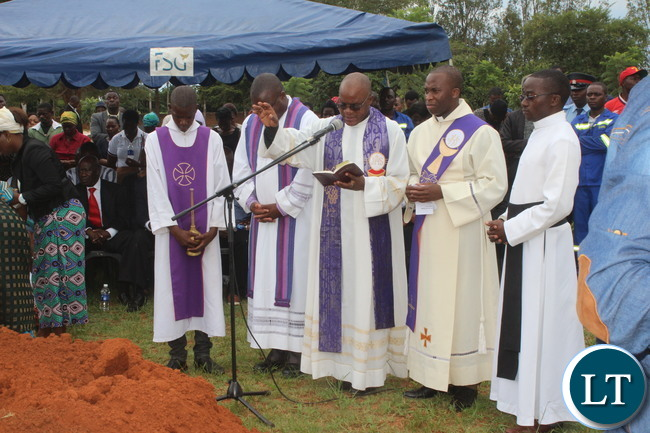 Father Mweshi conducted the burial ceremony, Franklin Tembo jnr was the Director of the Ceremony. Close relatives, friends, workmates, political party leaders , fellow journalists were given an opportunity to lay wreaths.