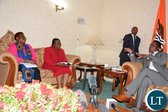 President Edgar Lungu speaks to NGOCC member of board of trustee Dorothy Hamwele (c) and NGOCC chairperson Sarah Longwe at State House