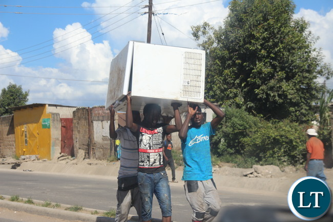 Some guys spotted along Matero- Lilanda carrying a fridge believed to have been looted.