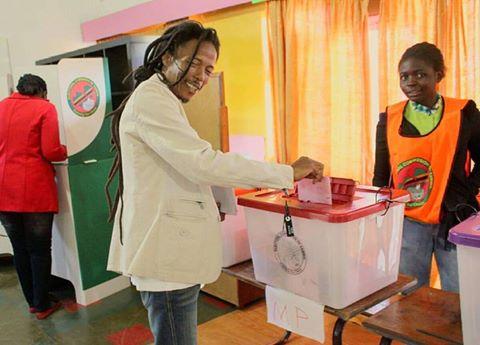 Kabwata aspiring candidate Maiko Zulu casts his vote