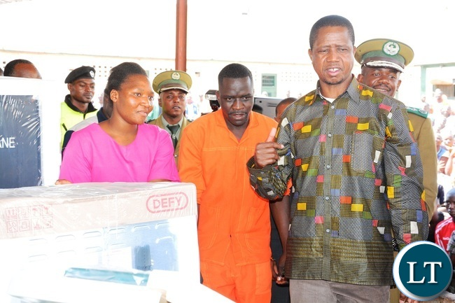 President Edgar Lungu shows inmates the donated goods shortly before handing them over