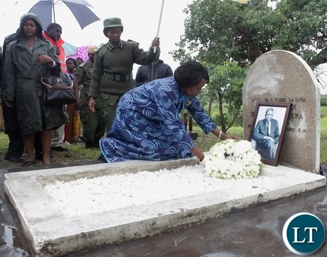 Vice President Inonge Mutukwa Wina laying wreaths at the gravesite of her late father the late Mr. Simwinji Mutukwa during the memorial service in Sibumbu Village in Nalolo District, Western Province