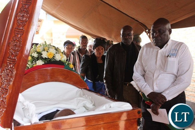 EASTERN Province MMD Chairperson, Jacob Mwanza, pays his last respect to the late Mkhondo Lungu a Kacxhule farm in Lundazi