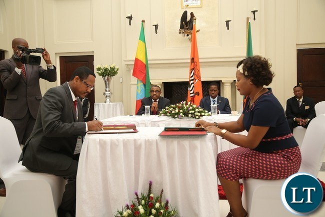 Minister of Information Mulenga Kampamba with Ethiopian Counterpart Minister, Government Communication Dr. Negeri Lencho signs the cooperation agreement on the media at State House whilst His Excellency President Edgar Lungu and His Ethiopian Counterpart Prime Minister Hailemariam Dessalagn looks on