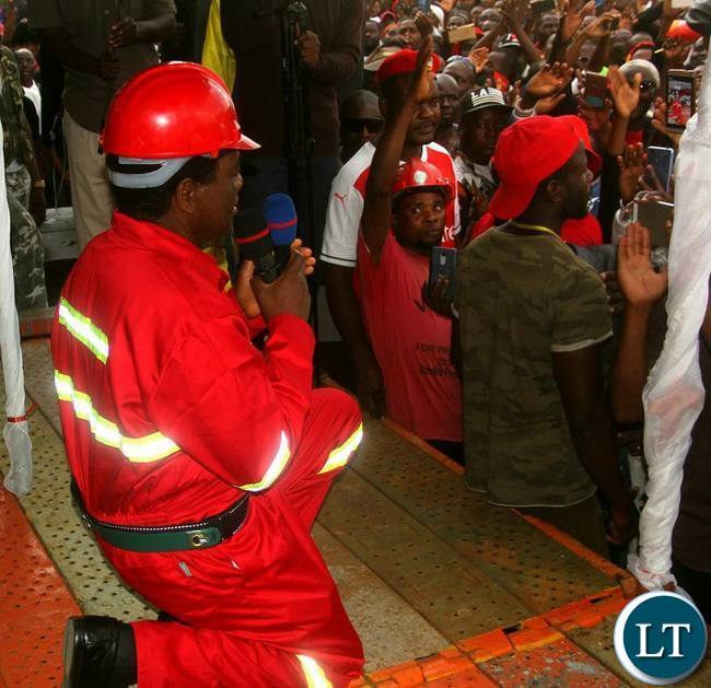 HH kneels down to thank Kitwe supporters