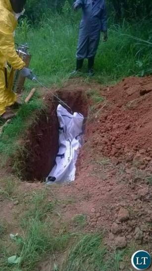 Cholera victim being buried this morning in Shimabala by Council officials.