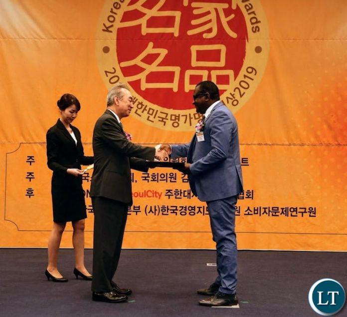 Ambassador Simuusa receiving the award