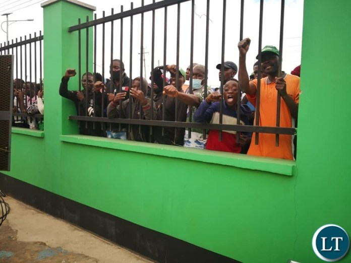PF cadres who could not get a spot happy to following the proceedings behind the fence to the party's Secretariate