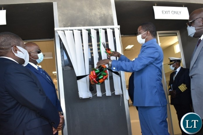 President Edgar Lungu cuts the ribbon to officially open the Kazungula one stop border post passenger terminal on the Zambian side whilst other Heads of state look on