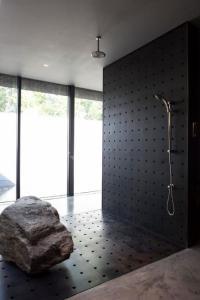 Custom Shower Designs Bringing Nature into Modern Homes