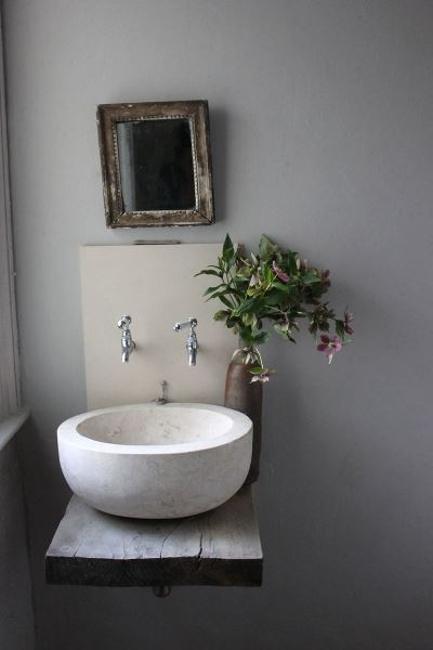accentuate small bathroom design