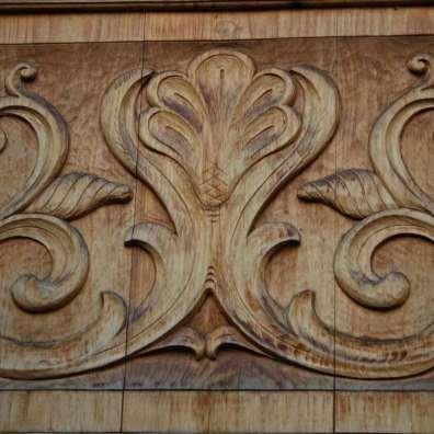 Stemma di casato scolpito in legno