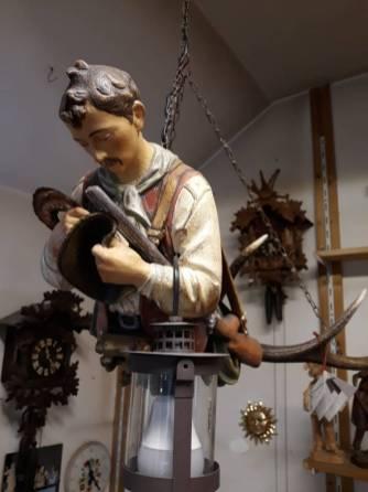 Luster Cacciatore con cappello in mano
