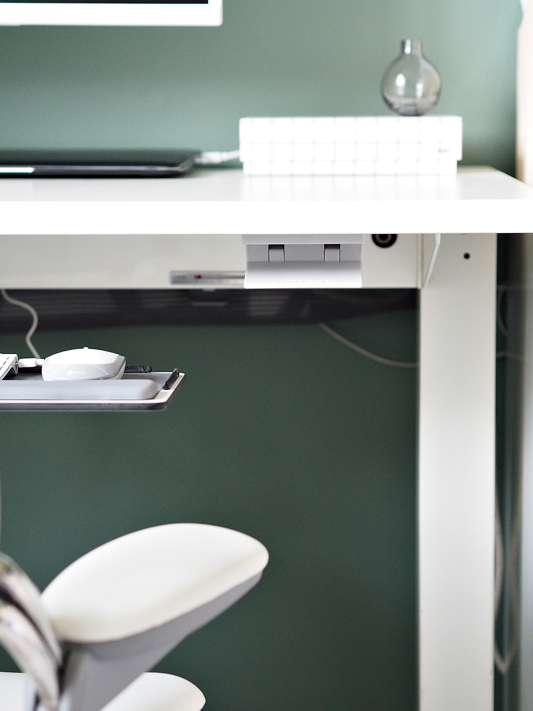 Ergonomic Humanscale Minimal Scandinavian Office
