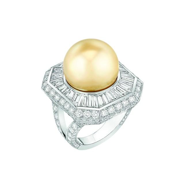 Bague « Perle Royale » en platine serti de 198 diamants taille brillant pour un poids total de 3 carats, 22 diamants taille baguette pour un poids total de 3,5 carats et 1 perle de culture des Mers du Sud de 15 mm de diamètre.