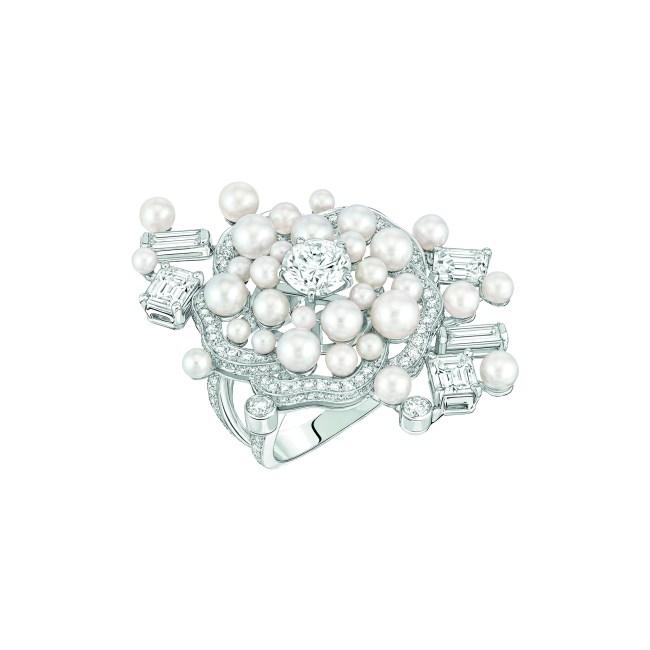 Bague « Pluie de Camélia » en or blanc 18 carats serti de 210 diamants taille brillant pour un poids total de 1,9 carat, 5 diamants taille émeraude pour un poids total de 1,8 carat et 32 perles de culture du Japon.