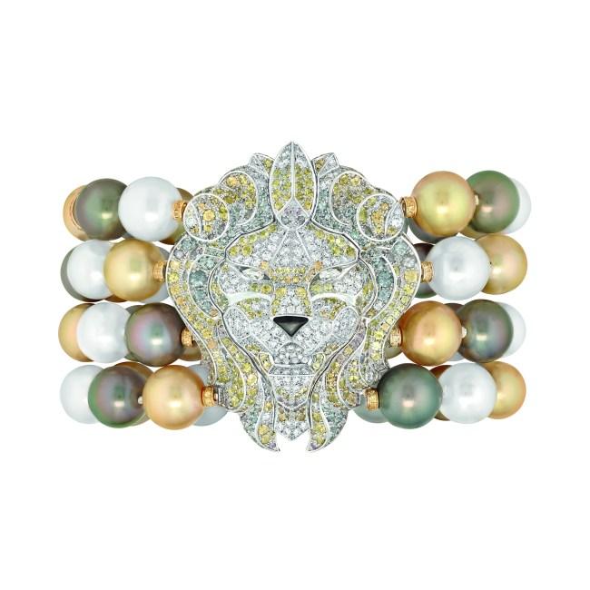 Bracelet « Lion Baroque » en or blanc et jaune 18 carats sertis de 219 diamants taille brillant pour un poids total de 4,2 carats, 2 diamants taille poire, 563 saphirs multicolores taille brillant pour un poids total de 12,8 carats, 62 perles de culture de Tahiti et des Mers du Sud de 10 à 11,4 mm de diamètre et nacre grise.