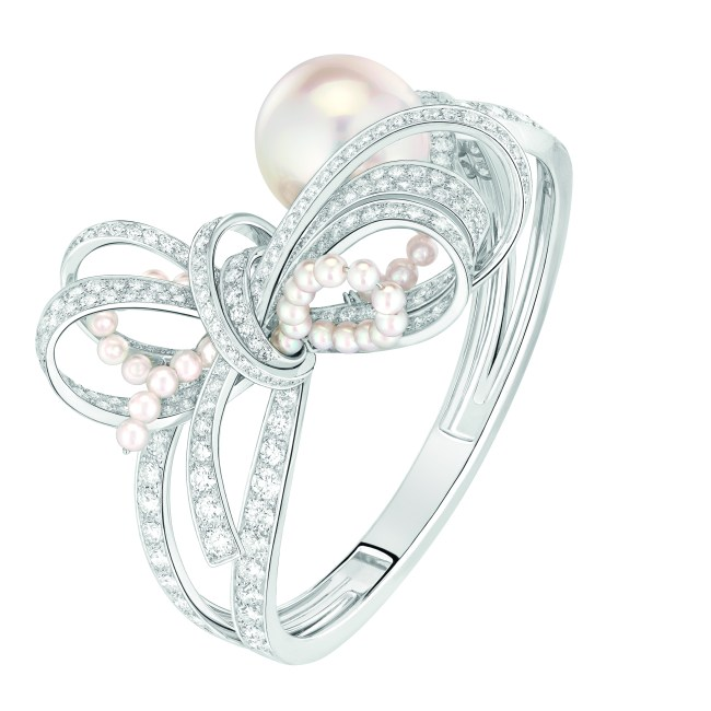 Bracelet « Perles de Couture » en or blanc 18 carats serti de 259 diamants taille brillant pour un poids total de 8,6 carats, 1 perle de culture des Mers du Sud de 17,6 mm de diamètre et 36 perles de culture du Japon.