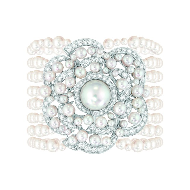 Bracelet « Rosée de Camélia » en or blanc 18 carats serti de 140 diamants taille brillant pour un poids total de 5,2 carats, 1 perle de culture des Mers du Sud de 12,5 mm de diamètre et 317 perles de culture du Japon de 2,4 à 5,5 mm de diamètre.