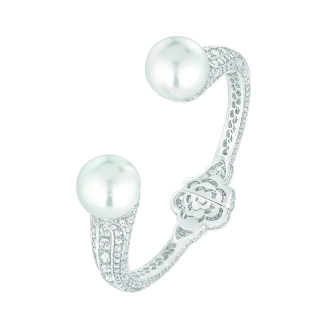 Bracelet « Camélia Secret » en or blanc 18 carats serti de 594 diamants taille brillant pour un poids total de 8 carats et 2 perles de culture des Mers du Sud de 15 mm de diamètre.