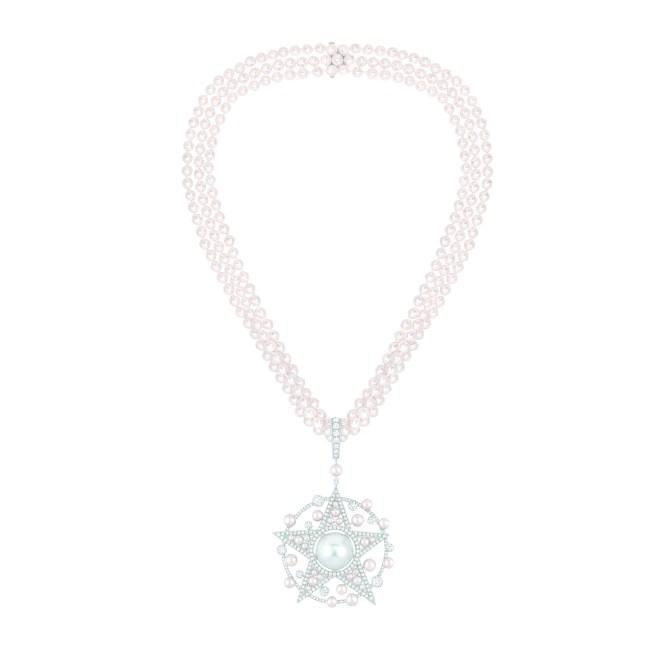 Collier «Comète Perlée» en or blanc 18 carats serti de 202 diamants taille brillant pour un poids total de 4 carats, 1 perle de culture des Mers du Sud de 15,3 mm de diamètre et 273 perles de culture du Japon.