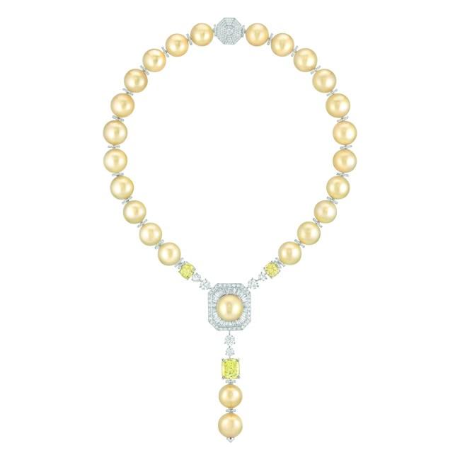 Collier « Perles Royales » en or blanc 18 carats et platine sertis de 3 diamants jaunes taille coussin de 3,6 et 3,4 et 10 carats, 1025 diamants taille brillant  pour un poids total de 11,2 carats, 24 diamants taille baguette pour un poids total de 4,8 carats et 25 perles de culture des Mers du Sud de 14 à 16,2 mm de diamètre.