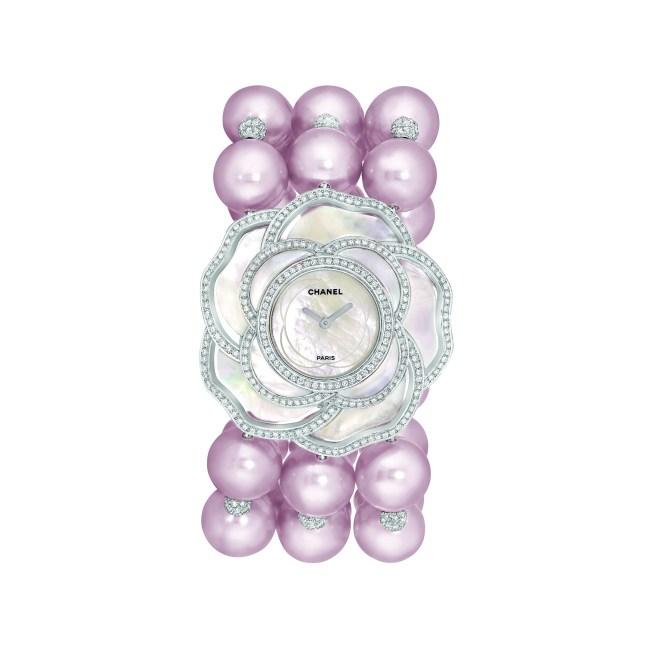 Montre « Camélia Nacré » en or blanc 18 carats serti de 563 diamants taille brillant pour un poids total de 2,9 carats,  34 perles de culture d'eau douce de 10 à 10,7 mm de diamètre et nacre sculptée.