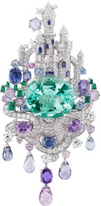 Or blanc, diamants ronds, tailles baguette et demi-lune, émeraudes taille baguette, saphirs roses et violets ovales et taille briolette, saphirs ronds et taille baguette, une émeraude ovale de 39,85 carats (origine : Brésil).