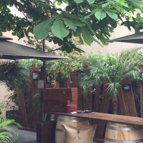 Des cocktails Héritage en terrasse de l'hôtel du Collectionneur