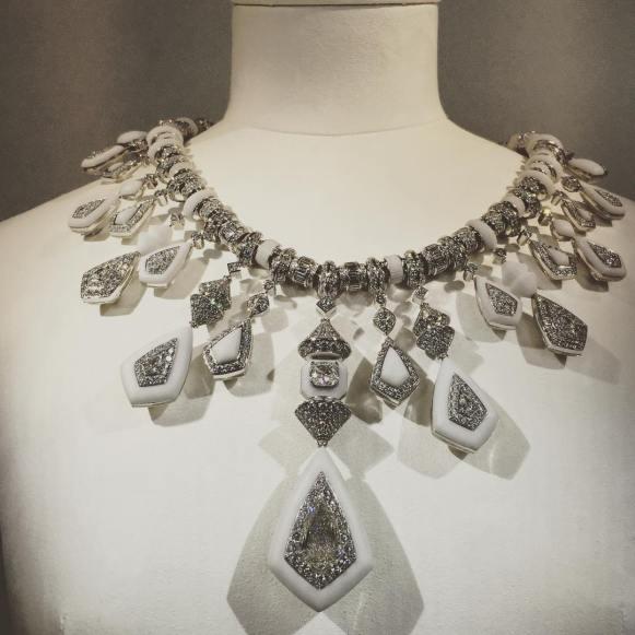 le collier Jodhpur est une remarquable pièce réversible comme le montrent les photos. Or blanc 750 ‰, diamants dont centre de 6,01 cts, saphirs, cristal de roche, marbre de Makrana.