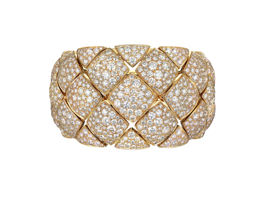 "Manchette ""Signature d'Or"" en or jaune 18K serti de 1054 diamants taille brillant pour un poids total de 43,3 carats. Photo par CHANEL Joaillerie"