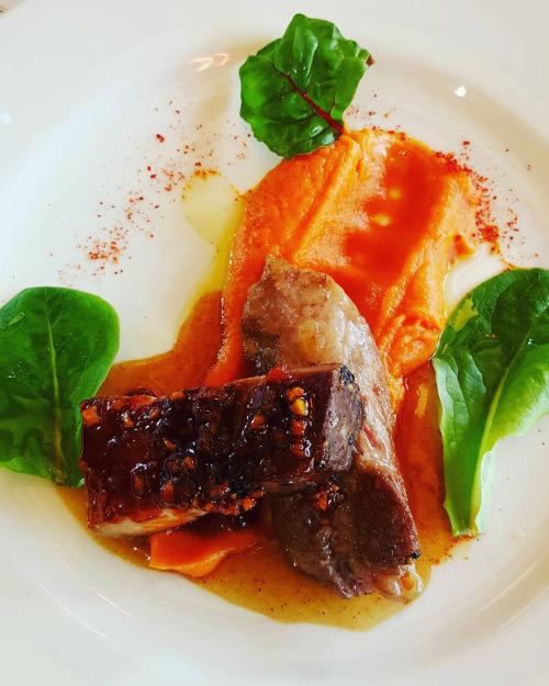 Poitrine de porc croustillante laquée aux épices, pluma ibérique de Metz gérer, patate douce