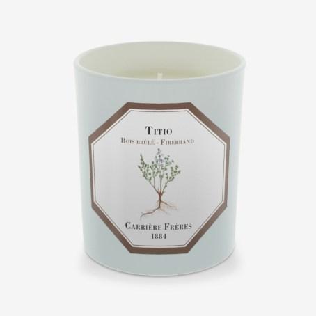 Une bougie : Réconfortante et envoûtante comme la bougie « Titio » de chez Carrière Frères senteur bois brûlé. Carrière Frères, 40€.