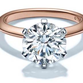 TIFFANY & CO. présente sa bague Tiffany Setting en Or Rose